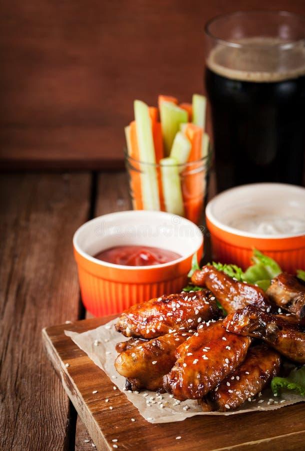 Gorący kurczaków skrzydła gotujący z miodem i sojami nakrywającymi z sezamem, zdjęcie royalty free