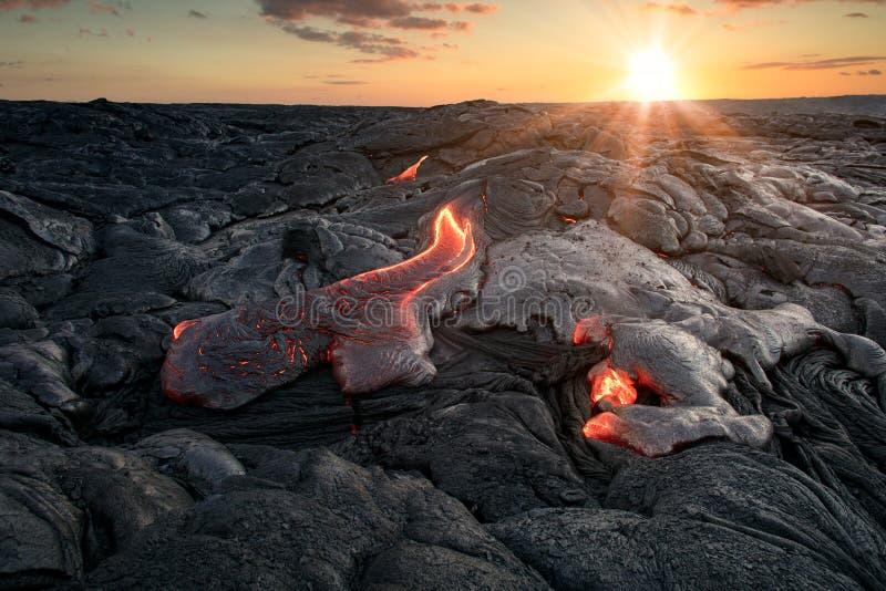 Gorący lawowi przepływy pod pięknym zmierzchu tłem zdjęcie stock
