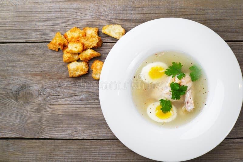 Gorący mięsny rosół z mięsem, jajkiem i pietruszką kurczaka, zdjęcie royalty free