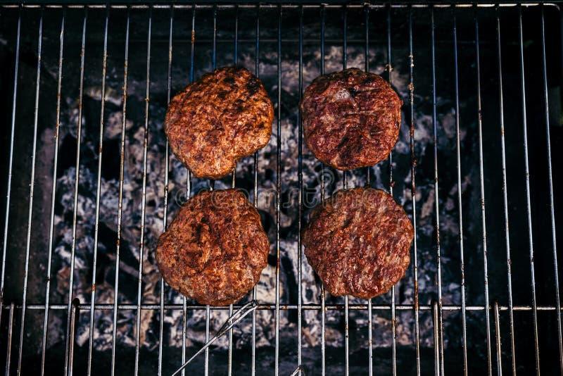 Gorący mięso kotleciki piec na grillu dla outdoors grilla obraz royalty free