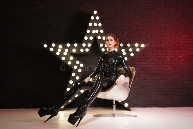 Gorący modny photomodel pozuje w lateksowych eleganckich catsuit i szpilek butach zdjęcia royalty free