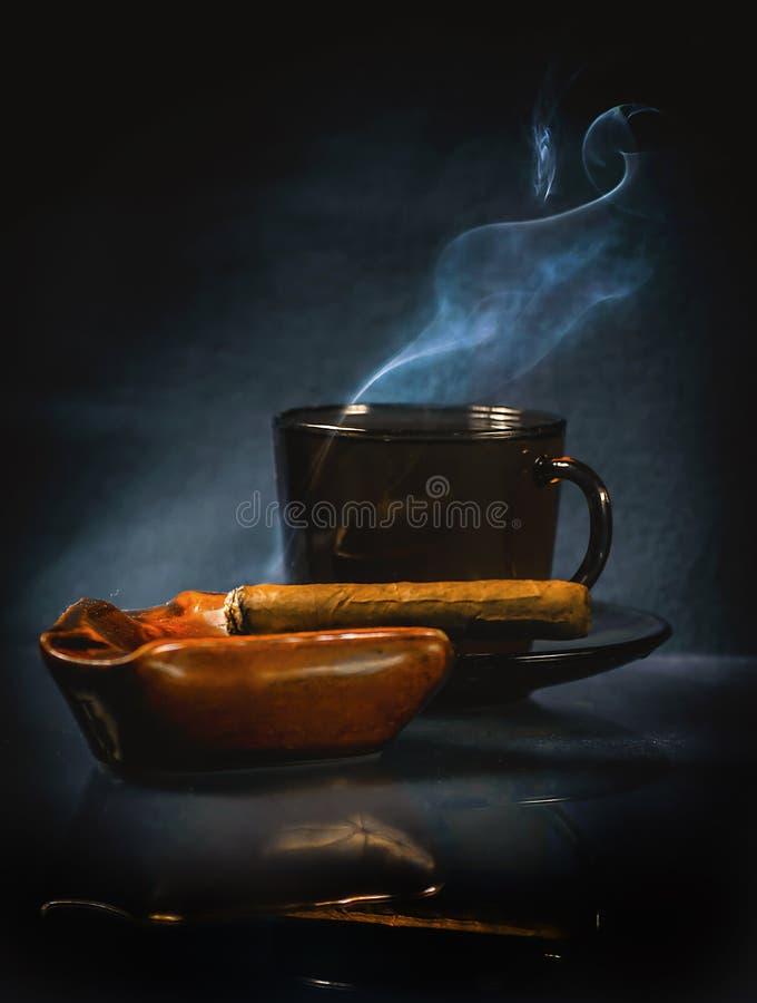 Gorący napój i cygaro obrazy stock