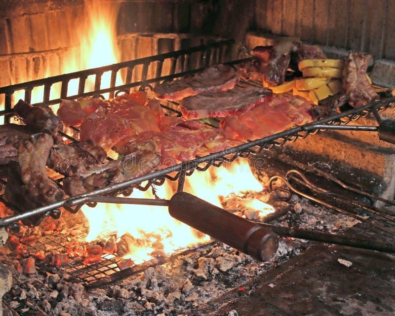 Gorący ogień gotować wieprzowina ziobro i smakowitą korzenną kiełbasę piec na grillu fotografia royalty free