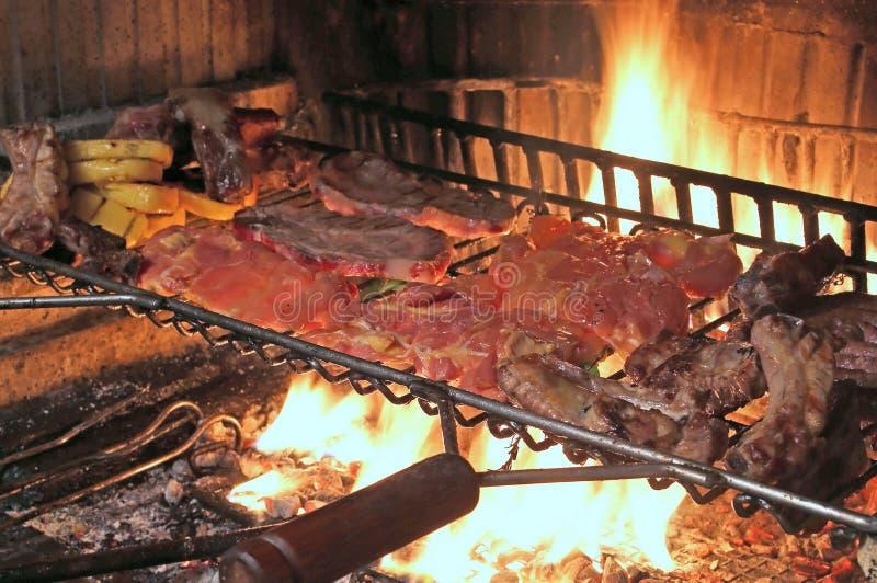 gorący ogień gotować wieprzowina ziobro i smakowitą korzenną kiełbasę zdjęcia royalty free