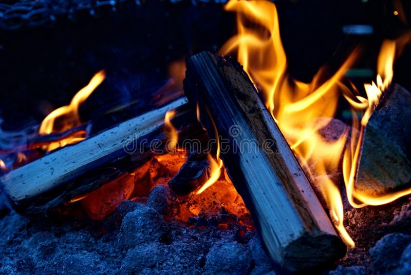 Gorący Pożarniczy Drewniany płomień łupki grilla przyjęcia grilla upału koloru żółtego i rewolucjonistki tło obrazy stock