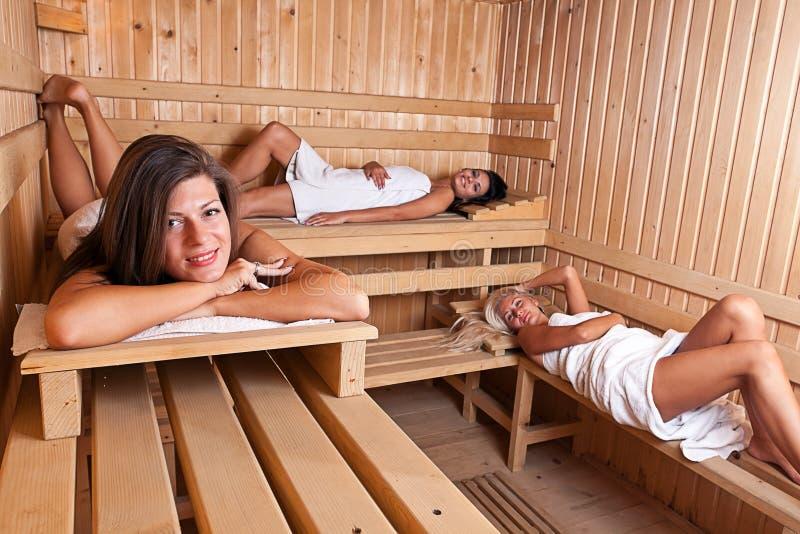 gorący relaksujący sauna trzy kobiety fotografia royalty free