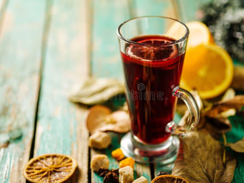 Gorący rozmyślający wino z pomarańcze, cynamonem, kardamonem i anyżem na gre, fotografia royalty free