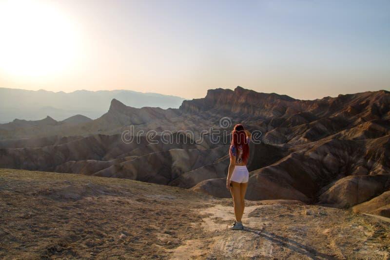 Gorący słońce błyszczy w dół dezerterować surrealistycznego krajobraz z piękną podróży dziewczyny pozycją od plecy zanim zmierzch zdjęcie royalty free