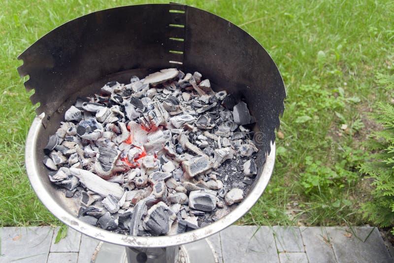 Gorący węgiel w grillu obraz stock