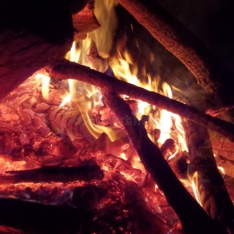 Gorący węgle i płomienie zdjęcia stock