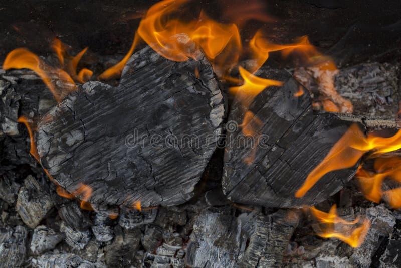 Gorący węgle i płonący drewna w postaci ludzkiego serca Rozjarzony i płomienny węgiel drzewny jaskrawy czerwony ogień i popiół, Z obrazy royalty free