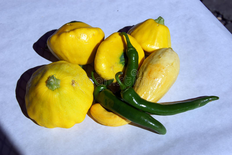 Gorący zieleni chili pieprze i żółty crookneck kabaczek obrazy royalty free