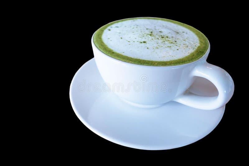 Gorący zielonej herbaty matcha latte w białej filiżance, napój z mlekiem odizolowywającym na czarnym tle fotografia royalty free