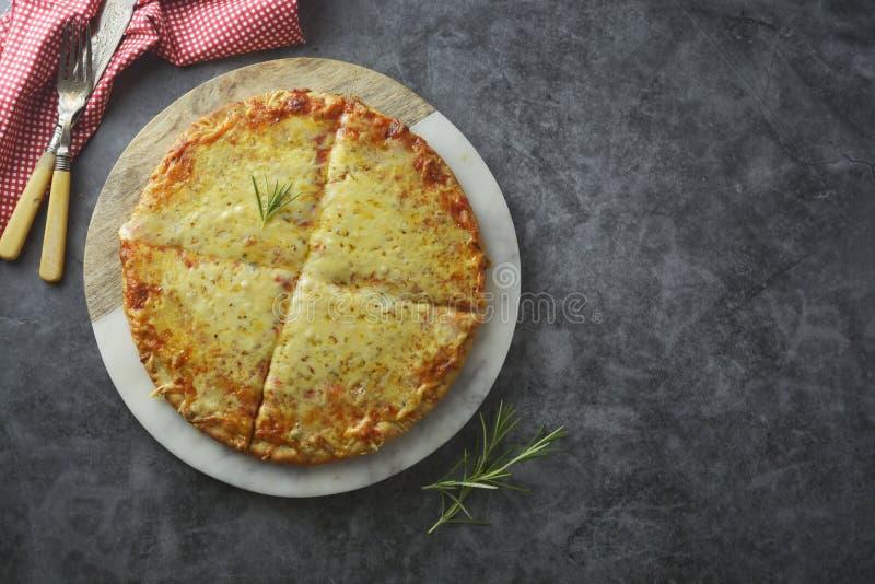 Gorących serów wyśmienicie domowej roboty pizza z gęstą skorupą na zmroku stole, fast food kosmos kopii fotografia royalty free