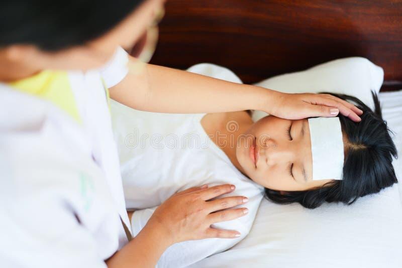 Gorączkowy dziecko z pielęgniarką lub doktorską pomiarową temperaturą dzieciak choroba dziecko trzyma dalej z wysoką gorączką i k zdjęcie royalty free