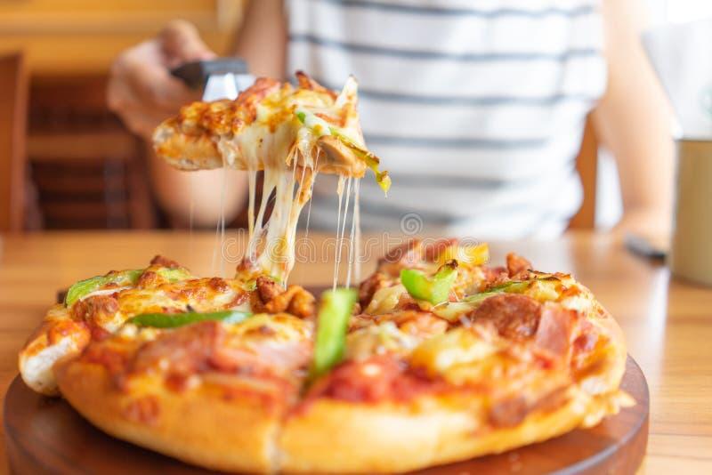 Gor?ca pizza upadu taca pizz polewy zawiera baleron, wieprzowin?, papryk? i warzywa, pizza, W?oski karmowy saurian Widok od stron fotografia royalty free