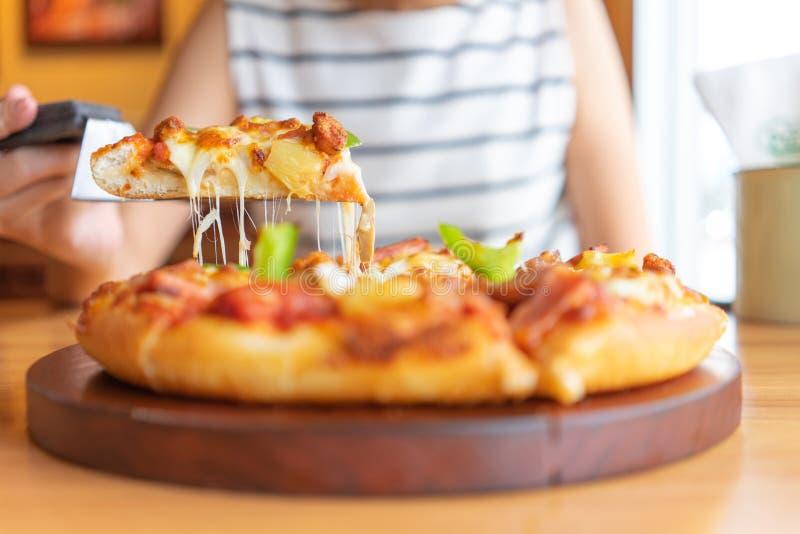 Gor?ca pizza upadu taca pizz polewy zawiera baleron, wieprzowin?, papryk? i warzywa, pizza, W?oski karmowy saurian Widok od stron zdjęcie royalty free