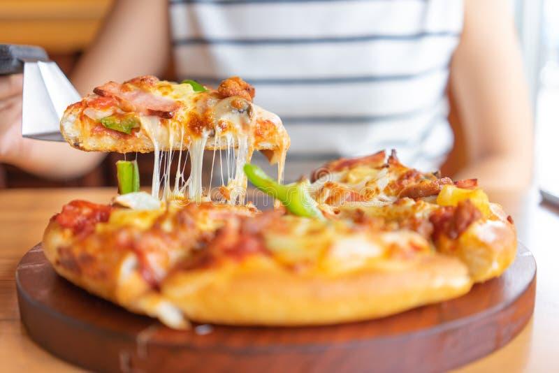 Gor?ca pizza upadu taca pizz polewy zawiera baleron, wieprzowin?, papryk? i warzywa, pizza, W?oski karmowy saurian Widok od stron obraz stock