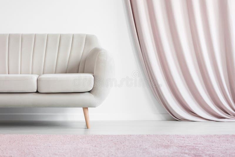 Gordijn in comfortabele woonkamer royalty-vrije stock afbeelding