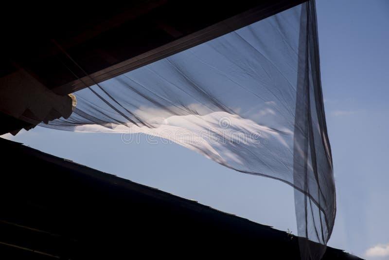 Gordijn dat door de wind wordt bewogen stock foto