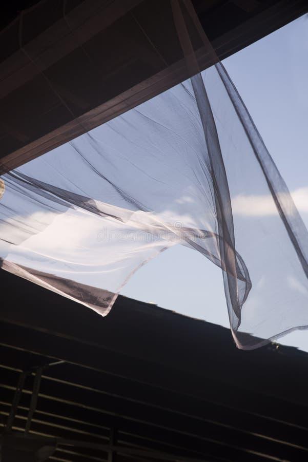 Gordijn dat door de wind wordt bewogen royalty-vrije stock foto