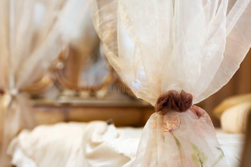 Gordijn in de slaapkamer royalty-vrije stock foto
