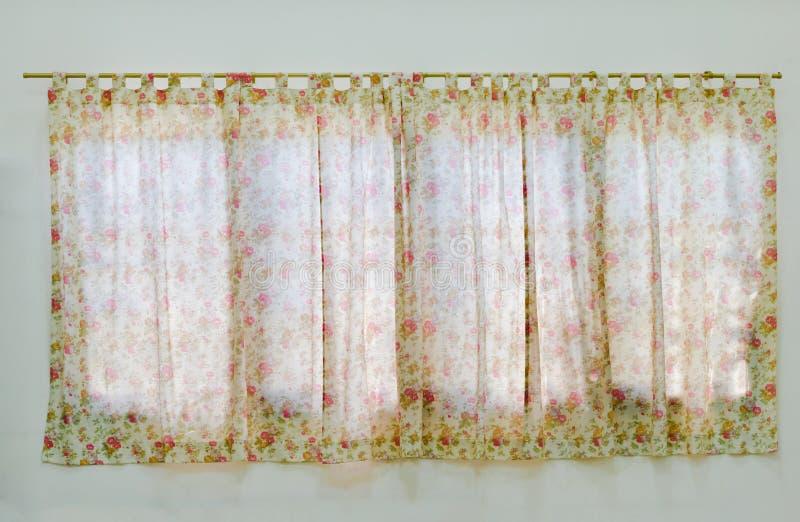 Gordijn in het venster met bloempatroon stock afbeeldingen