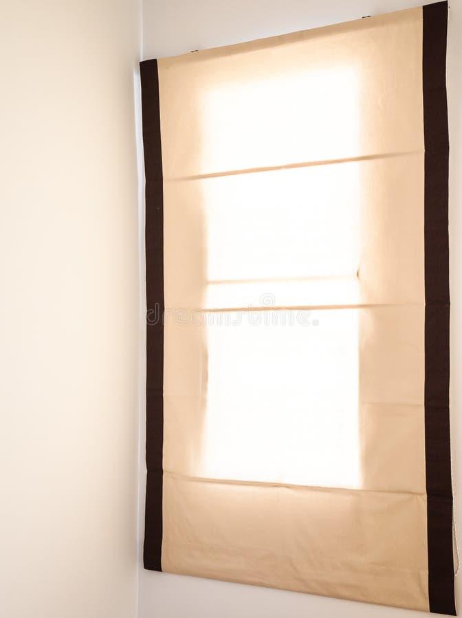 Gordijn om zonlicht te verbergen stock fotografie