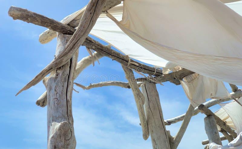 Gordijn op een houten structuur stock foto