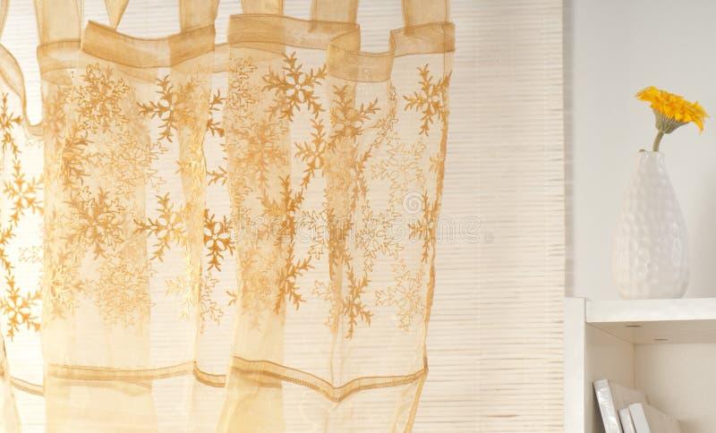 Gordijn op het venster royalty-vrije stock fotografie