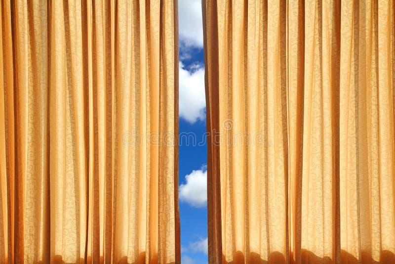 Gordijn op rand van een venster royalty-vrije stock afbeelding