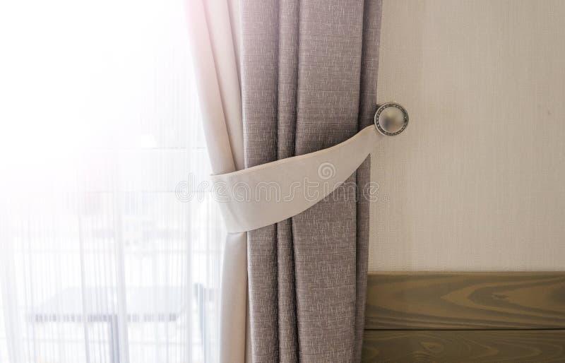 Gordijn tegen venster met een warm zonlicht royalty-vrije stock afbeeldingen