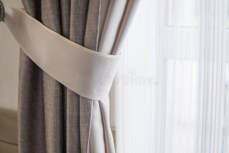 Gordijn tegen venster met een warm zonlicht royalty-vrije stock foto's