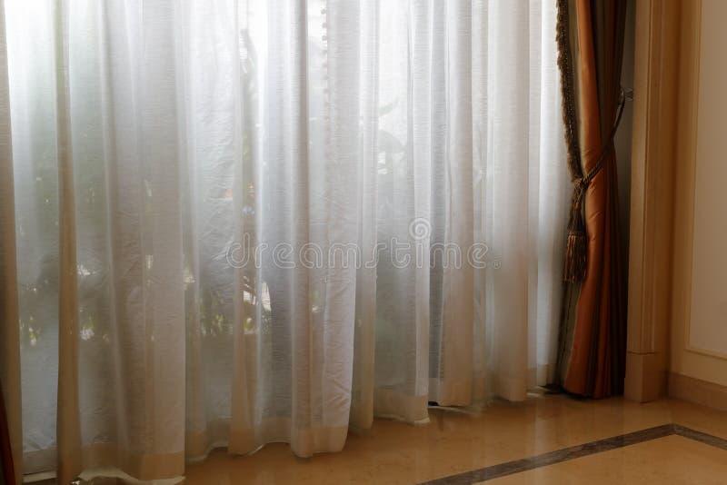 Gordijn van vloer aan plafondvensters stock foto
