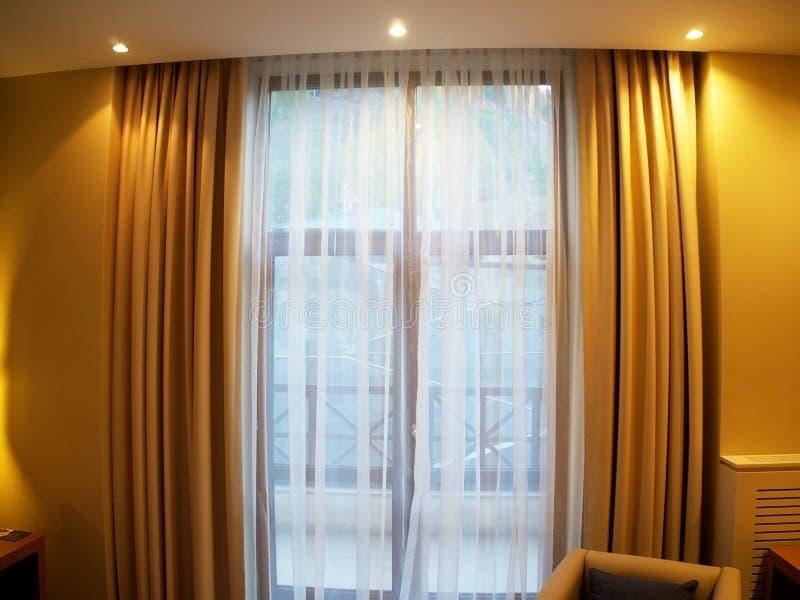 Gordijnen en Tulle binnen de flat royalty-vrije stock afbeeldingen