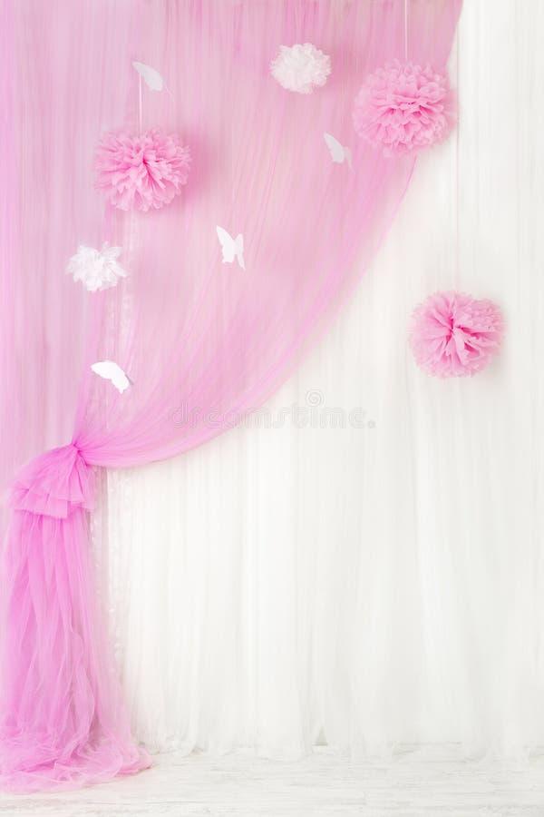 Gordijnen roze achtergrond, lege binnenlandse ruimte voor meisje stock foto's
