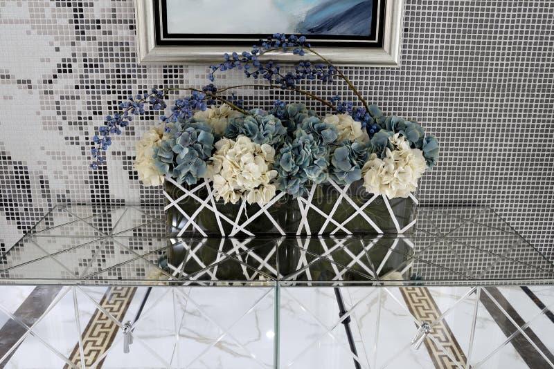 Gordijngevel, schoen en zijdebloemen royalty-vrije stock foto