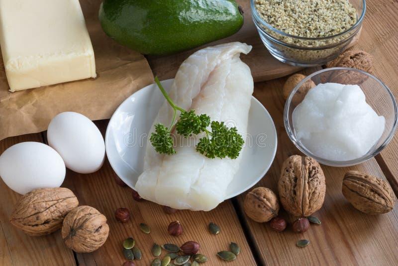 Gorduras saudáveis - peixes, abacate, manteiga, ovos, porcas e sementes foto de stock royalty free