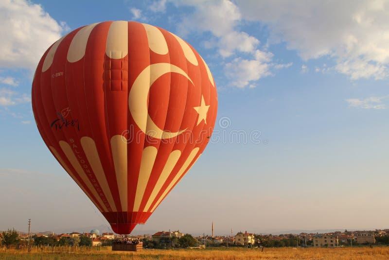 Goreme,卡帕多细亚,土耳其- 2017年8月16日:飞行在谷的五颜六色的热空气气球在卡帕多细亚,土耳其 免版税库存照片