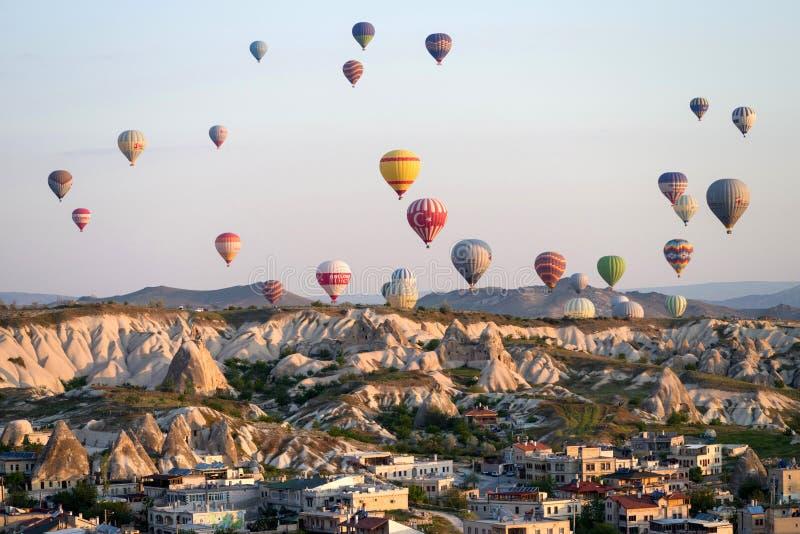 Goreme, Cappadocia, †«25-ое апреля 2018 Турции: горячие воздушные шары летая над Goreme на восходе солнца стоковая фотография
