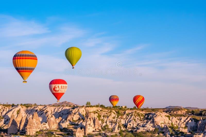 GOREME, CAPPADOCIA, ТУРЦИЯ - 16-ОЕ АПРЕЛЯ 2018: Красочный ба горячего воздуха стоковое изображение rf