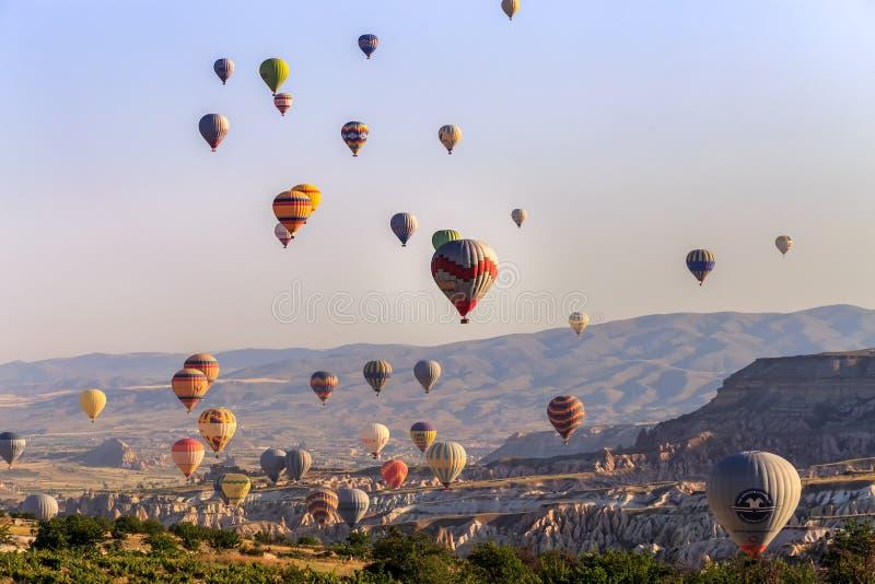 Goreme, Cappadocia, die Türkei - 10. Juni 2018: Ansicht der bunten Heißluft steigt das Fliegen über das rote Tal auf Sonnenaufgan stockfotos