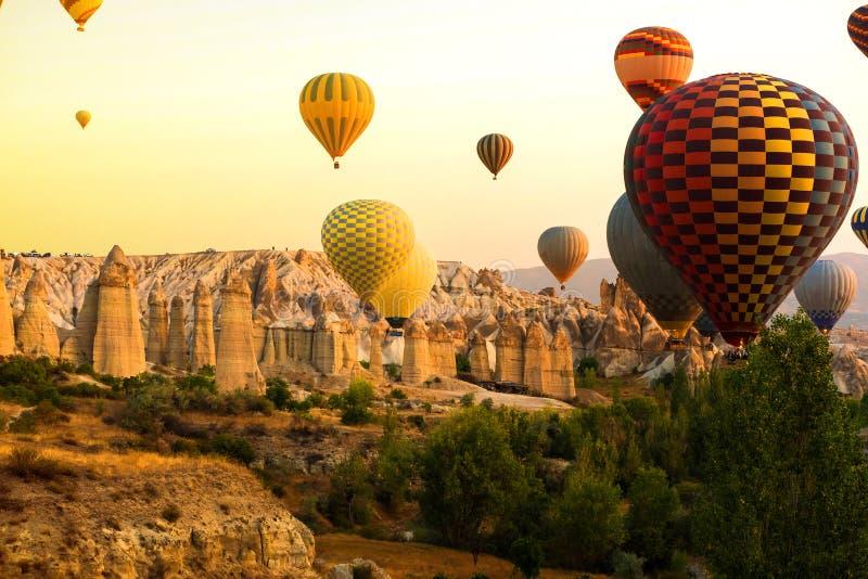Goreme Cappadocia, Turkiet på solnedgång Berömd mitt av ballongfligths fotografering för bildbyråer