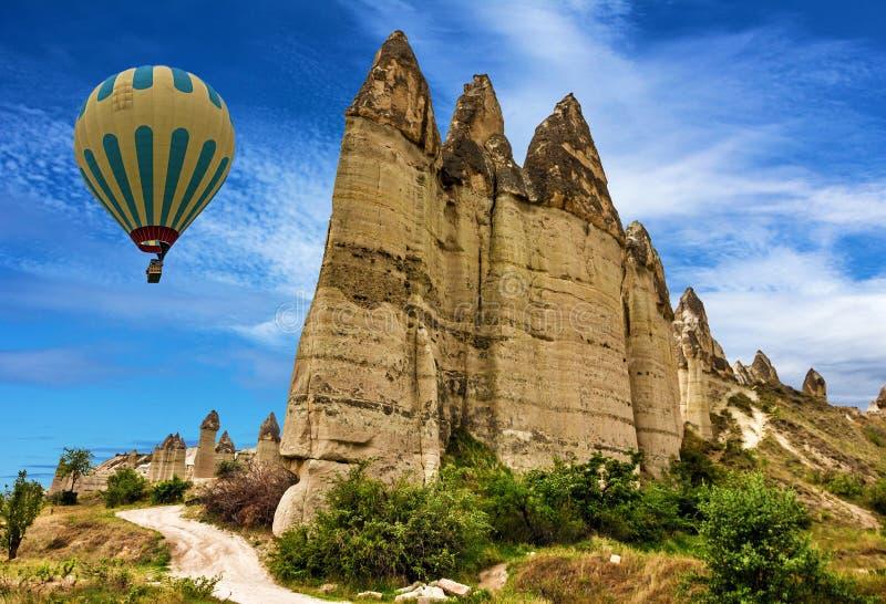 Goreme, die Türkei Große Berge Heißluftballone in Cappadoc stockbild