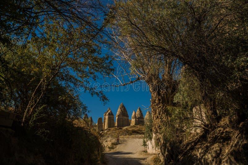 Goreme region, Cappadocia, Anatolien, Turkiet: Förälskelsedal, Gorkundere i soligt väder Härligt landskap med utöver det vanliga royaltyfria bilder