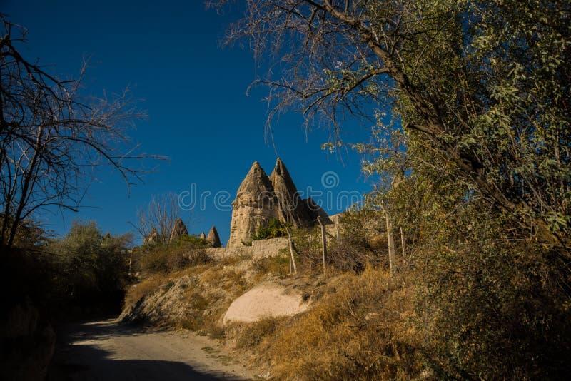 Goreme region, Cappadocia, Anatolien, Turkiet: Förälskelsedal, Gorkundere i soligt väder Härligt landskap med utöver det vanliga arkivbilder