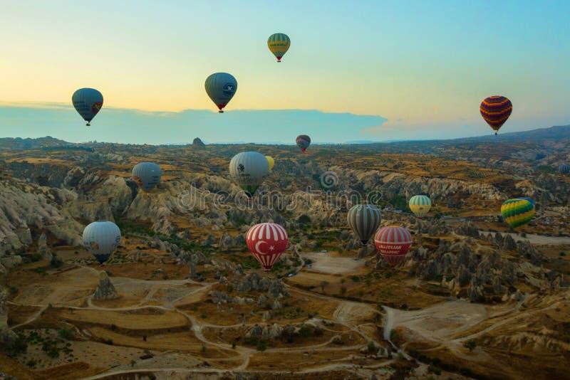 GOREME, TURCHIA: Le mongolfiere variopinte sorvolano Cappadocia, Goreme, l'Anatolia centrale, Turchia La mongolfiera è molto fotografia stock libera da diritti