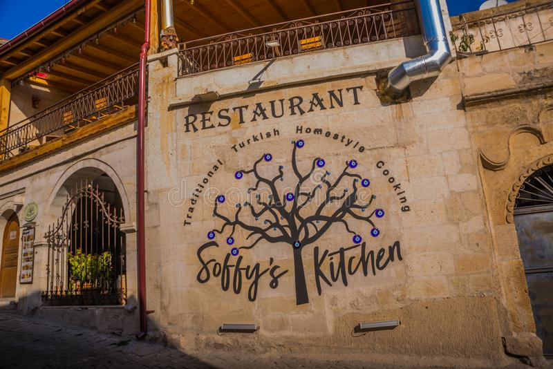 GOREME, TURCJA: restauracja na ulicie, drzewo z niebieskimi oczami Goreme jest grodzki w Cappadocia, Nevsehir prowincja, centrala zdjęcia stock