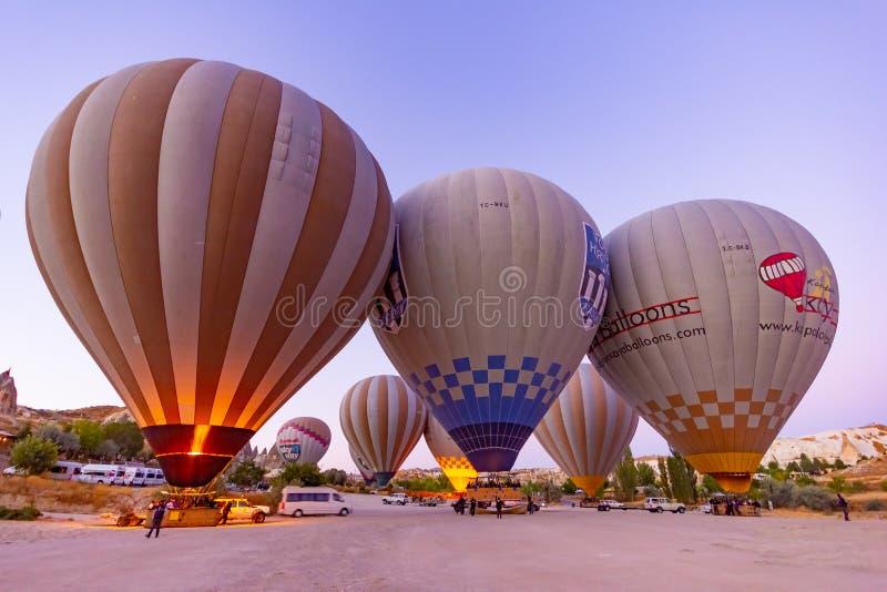 Goreme, Turkije, 13 September, 2018 - Hete luchtballon die over rotslandschap in Cappadocia, Turkije vliegen stock foto's