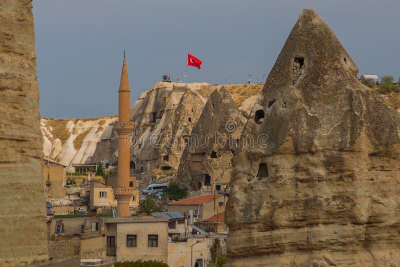 GOREME, TURKIJE: Weergeven van het observatiedek op de rots Turkse vlag Cappadocia, Nevsehir-Provincie, Centraal Anatolië, Turkij stock foto